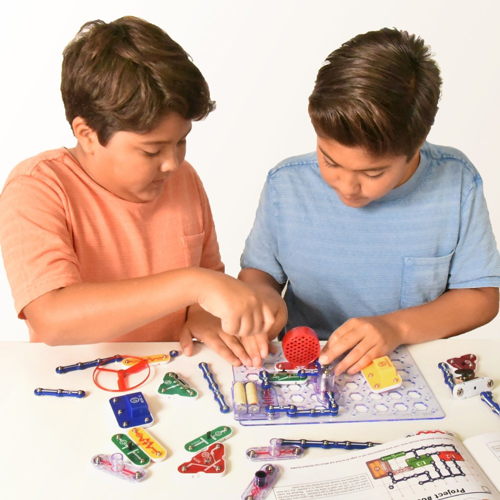 Alternate Image #2 of Snap Circuits® 300 Project Electricity Set